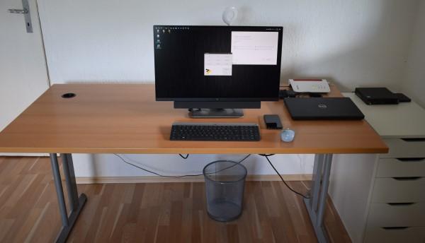 Foto eines aufgeräumten Schreibtisches