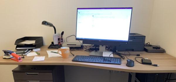 Foto eines unaufgeräumten und unordentlichen Schreibtisch