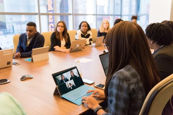 Meeting mit Tischmikrofon und Konferenzlautsprecher