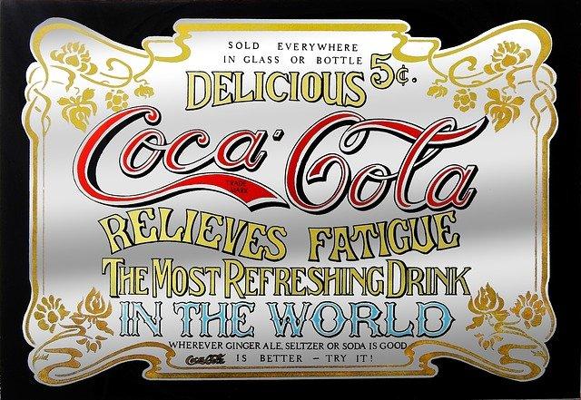 Logo von Coca Cola auf einem Schild