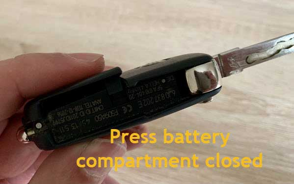 photo how to close battery compartment
